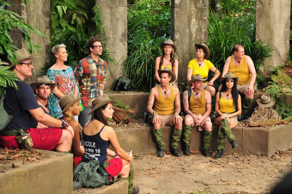 Moderatorin Sonja Zietlow und Moderator Daniel Hartwich erklären den beiden Teams ihr erstes Duell.