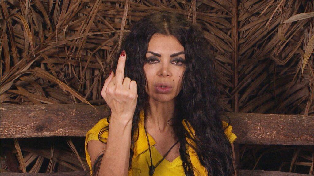 Kader Loth muss wieder zur Dschungelprüfung antreten. Im Dschungeltelefon macht sie ihrem Ärger über Hankas Reaktion Luft.