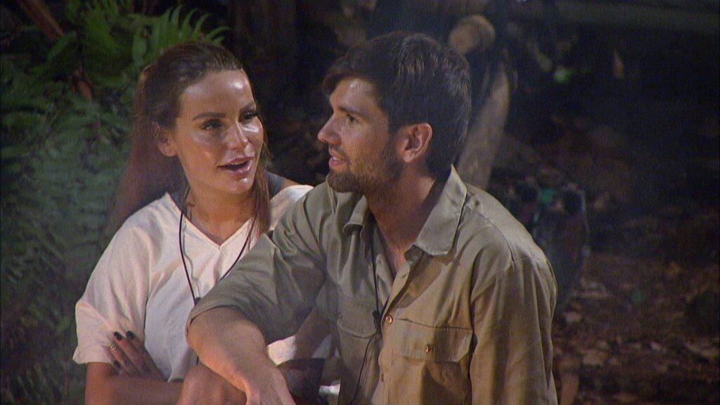 """Während alle im Camp schlafen, sitzen Gina-Lisa Lohfink und Alexander """"Honey"""" Keen am Lagerfeuer."""