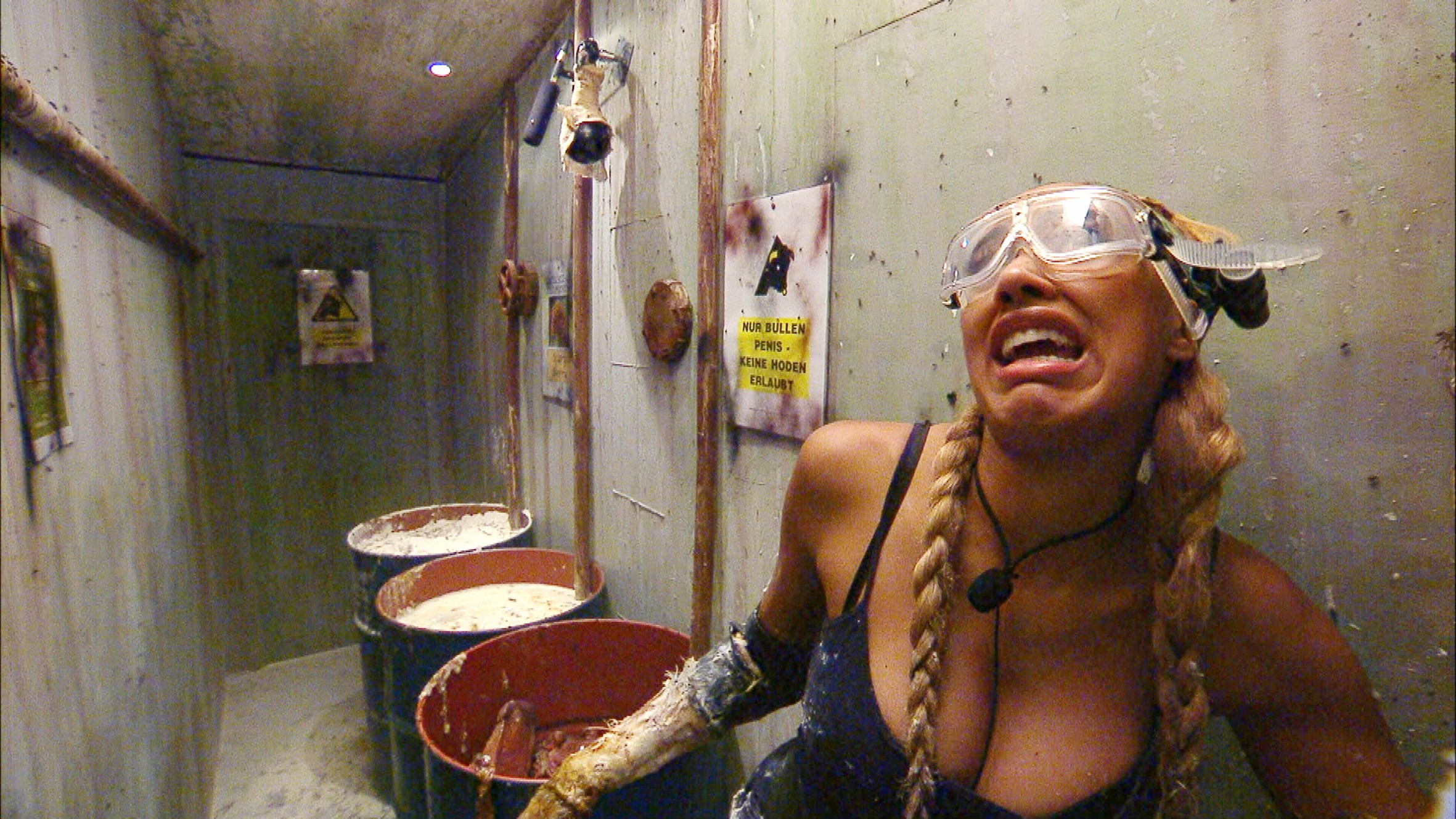 Innerhalb von zehn Minuten muss Sarah Joelle Jahnel in div. Räumen, Ecken und einem Tunnel eines
