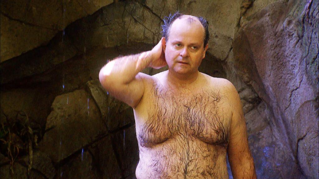 Markus Majowski duscht unter dem Wasserfall.