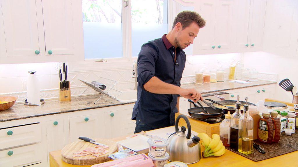 Sebastian möchte die Ladys in der Villa überraschen und bereitet ein leckeres Frühstück vor.