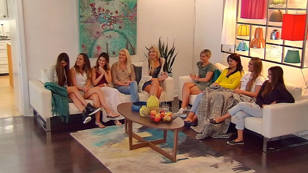 Die Mädels erwarten gespannt die Entscheidung, wer auf das Blinddate mit Sebastian gehen darf.