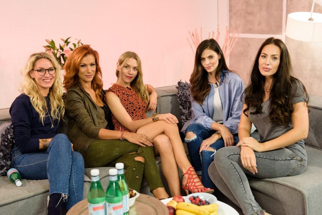 V.l.: Evelyn Weigert, Yasmina Filali, Julia Dietze, Hana Nitsche und Hanas Shoppingbegleiterin Scarlett Sulu