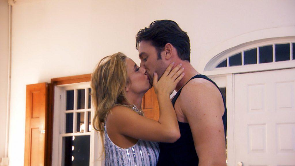 Janine Celine überrascht Daniel mit einem Kuss.