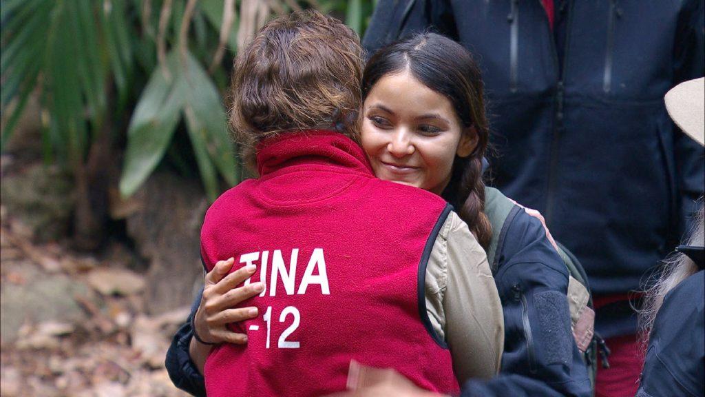 Tag 14 im Camp. Kattia Vides (r.) muss das Camp verlassen. Sie verabschiedet sich von Tina York.