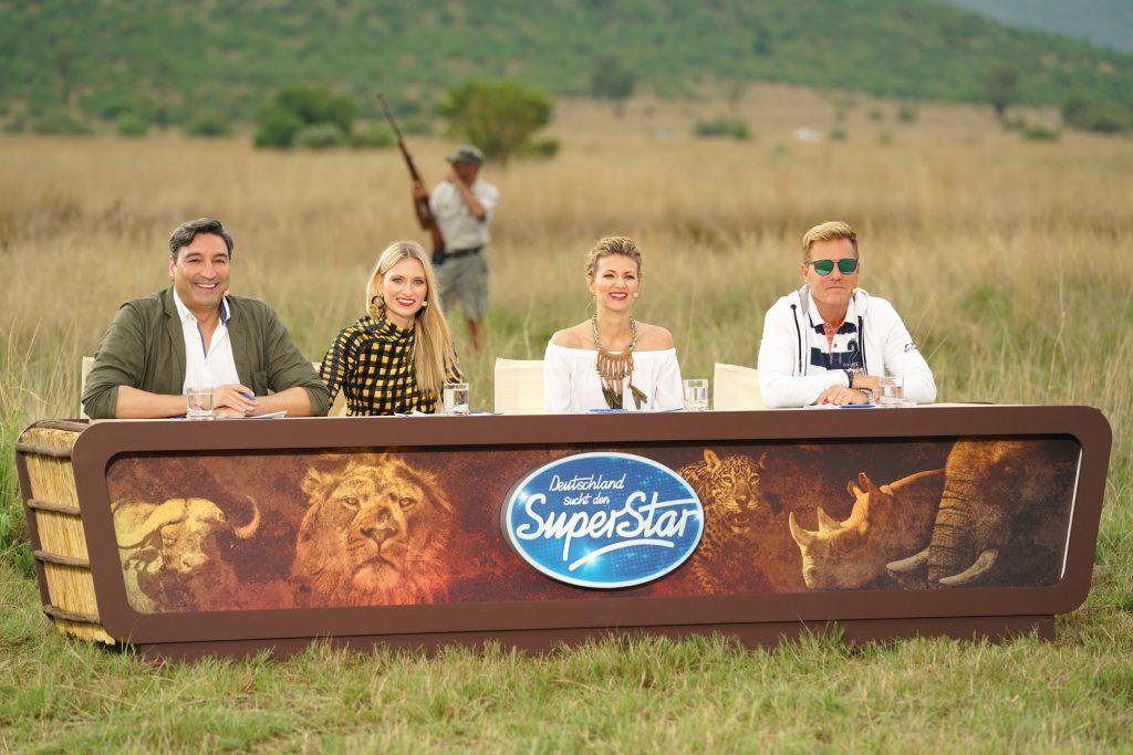 """Die Jurymitglieder (v.l.) Mousse T., Carolin Niemczyk, Ella Endlich und Dieter Bohlen am """"Hippo Drive"""", dem ersten Set des Auslands-Recalls in Südafrika. In dieser ursprünglichen Landschaft, zwischen wilden Tieren, kämpfen die Top 24-Kandidaten um den Einzug in die Mottoshows."""