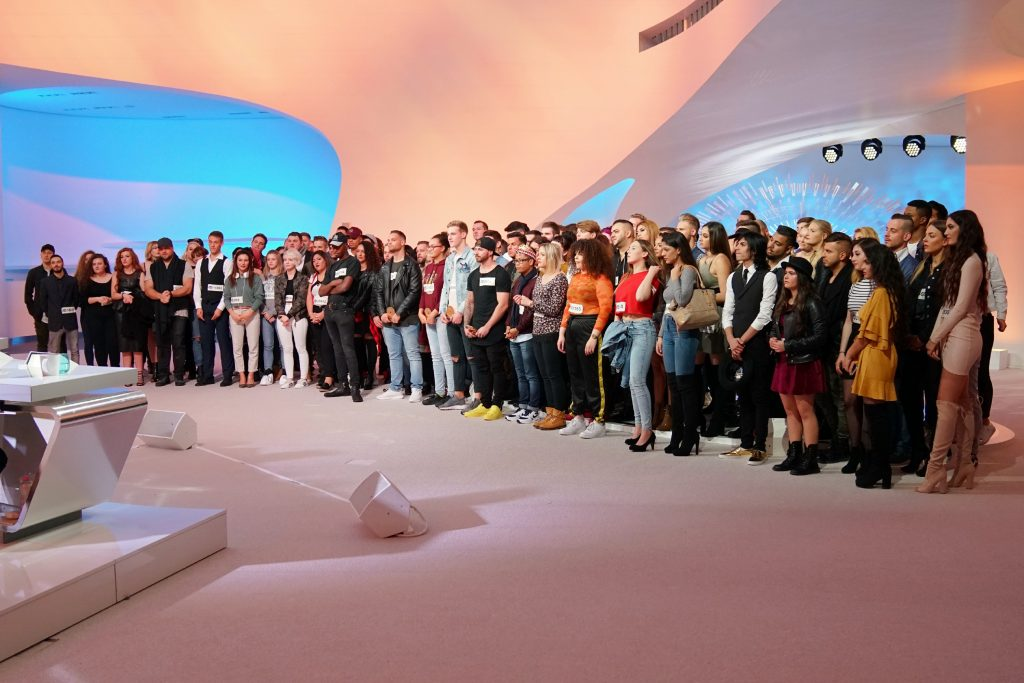 Die Jury begrüßt alle Kandidaten, die es bis in den Deutschland-Recall geschafft haben, im Studio.