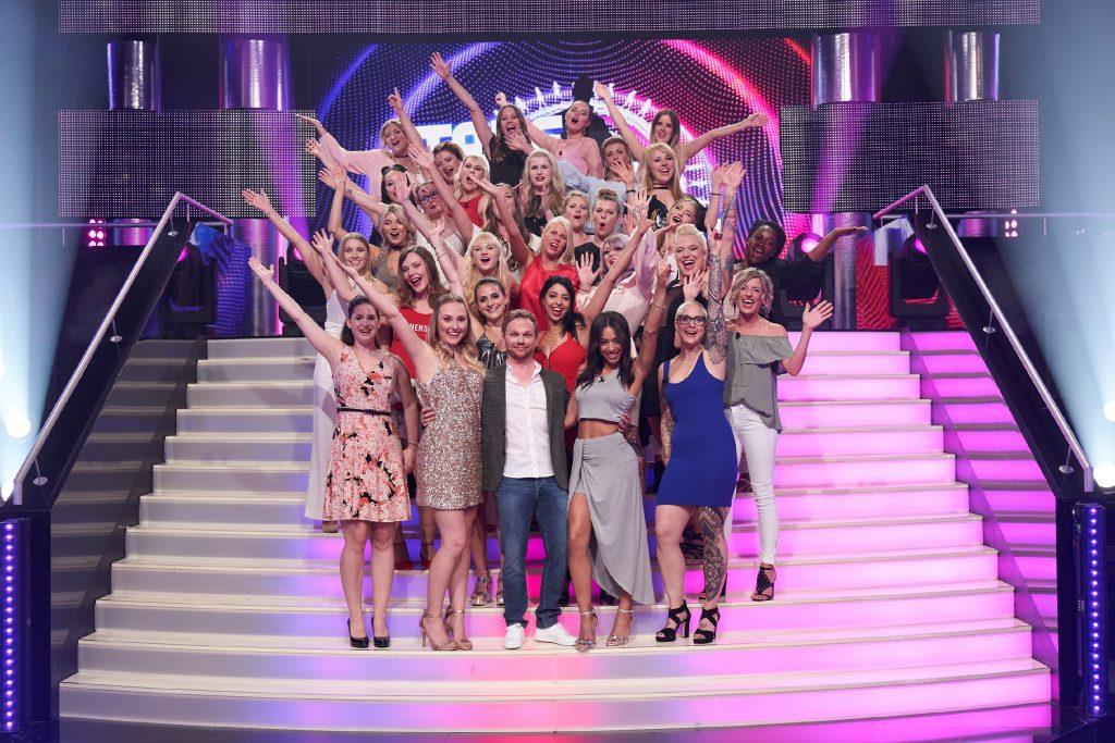 Moderator Ralf Schmitz präsentiert die temporeiche Single-Show, in der sich ein Mann 30 attraktiven Ladies stellt, um sie von sich zu überzeugen.
