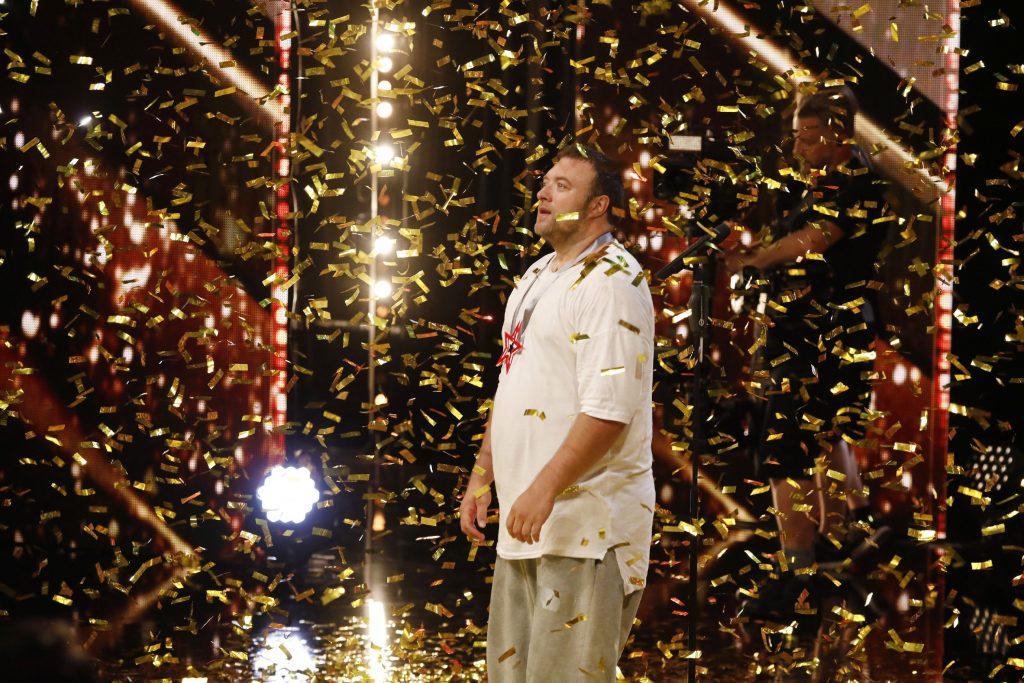 """Andreas Maintz - Hip-Hop-Tänzer aus Aachen - kann sein Glück nicht fassen. Jurymitglied Bruce Darnell hat für ihn den """"Goldenen Buzzer"""" gedrückt."""