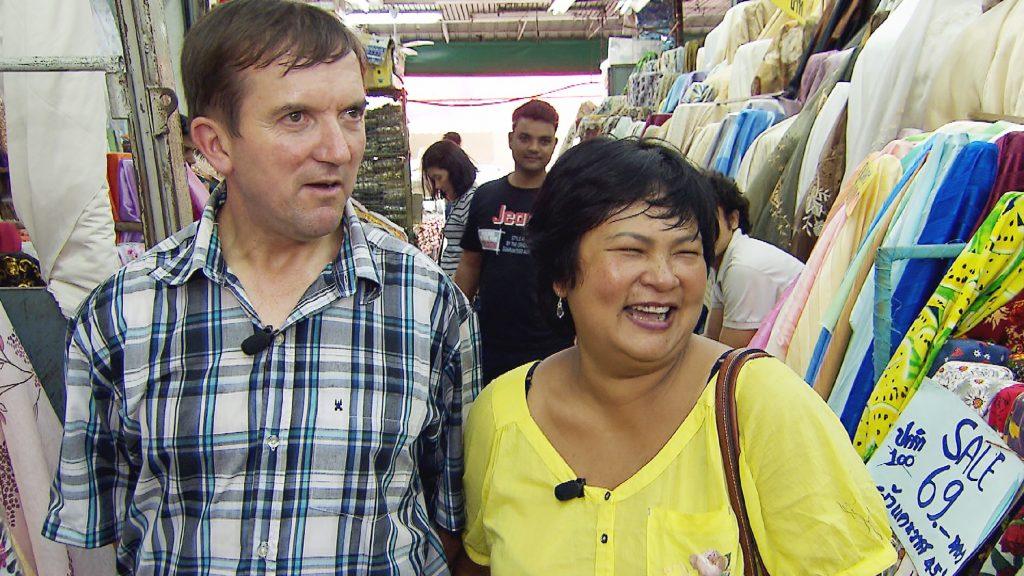 Josef hat es einfach, denn Reiseleiterin Narumol kennt sich in Bangkok bestens aus. Narumol möchte Stoffe in China Town für ihre Dirndlkollektion einkaufen gehen. Josef begleiten sie.