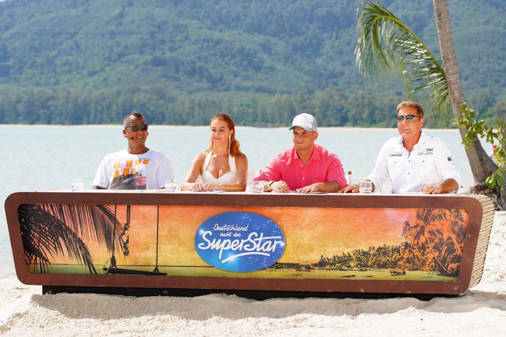 Die Jury (v.l.) Xavier Naidoo, Oana Nechiti, Pietro Lombardi und Dieter Bohlen am vierten Set des Auslands-Recalls in Thailand, dem Peninsula Beach auf Koh Yao Yai.