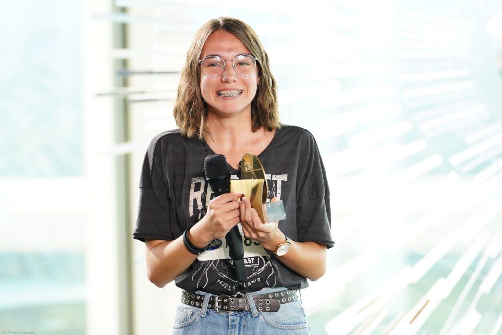 """Carolin Milena Kries aus Bodenheim hat die """"Goldene CD"""" von Jurymitglied Oana Nechiti und ein Ticket für den Recall in Südafrika bekommen."""