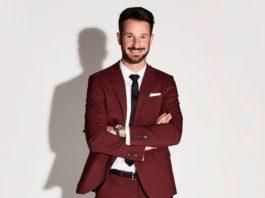 """Alexander Schäfer verdreht in diesem Jahr als neuer """"Prince Charming"""" 20 Singlemännern den Kopf."""