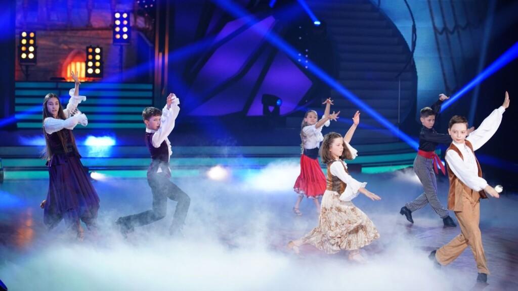 Gemeinsamer Tanz der Promi-Kinder und Profi-Tanzpartner. V.l.: Angelina, Erik, Jona, Zoé, Tizio und Mischa.
