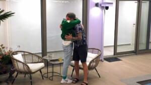 Prince Charming 2021 Folge 3 - Arne und Maurice umarmen sich