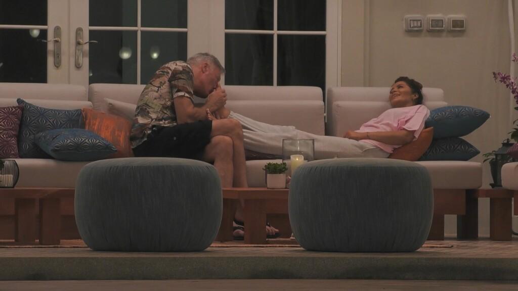 Ronald Schill schleckt die Füße von Janine Pink ab.