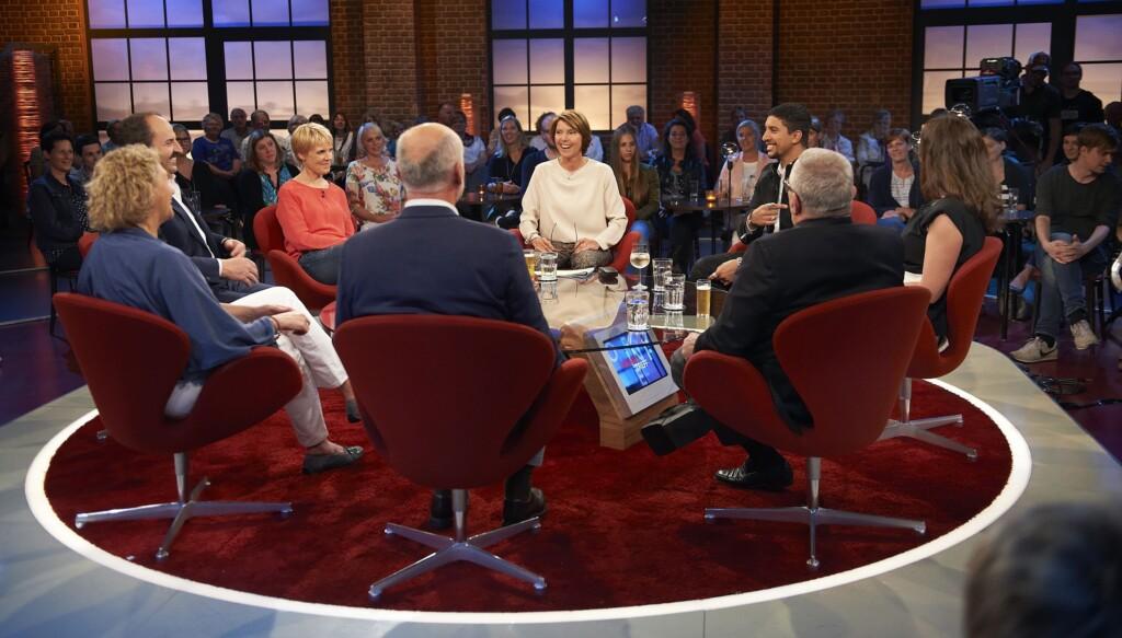 Moderatorin Bettina Böttinger (M) mit Gästen: v.l.n.r. Johann Lafer, Cordula Stratmann, Andreas Bourani, Natalia Wörner, Thomas Sattelberger, Simone und Bernhard Guido.