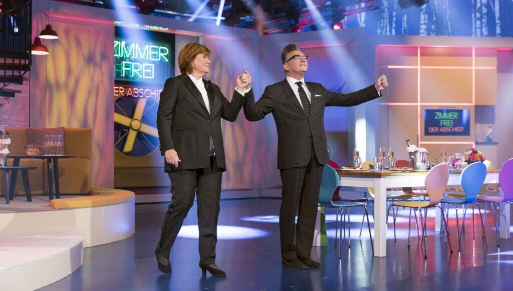 """Das große Finale! Die Moderatoren Christine Westermann und Götz Alsmann begrüssen zum letzten Mal zu """"Zimmer frei!""""."""