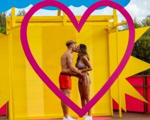 Love Island 2021 Tag 2 - Sina und Philipp knutschen vorsichtig