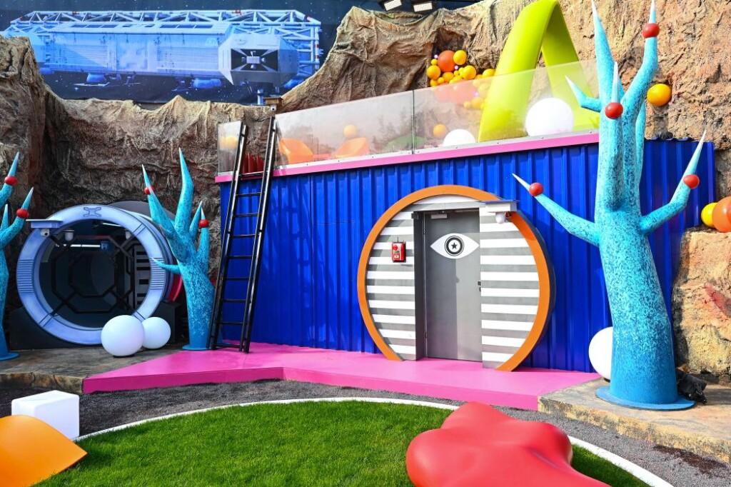 Promi Big Brother 2021 - Der Außenbereich des Big Planet