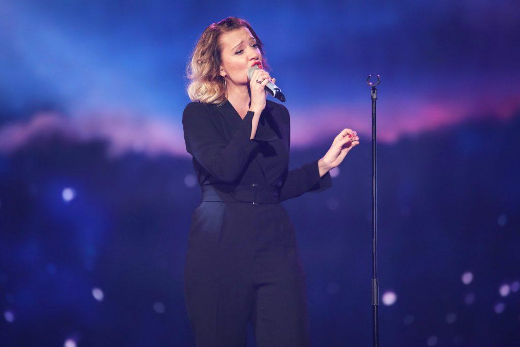 """Juliette Schoppmann, die Finalistin der ersten Staffel von """"Deutschland sucht den Superstar"""" singt den Titel """"Für Dich""""."""