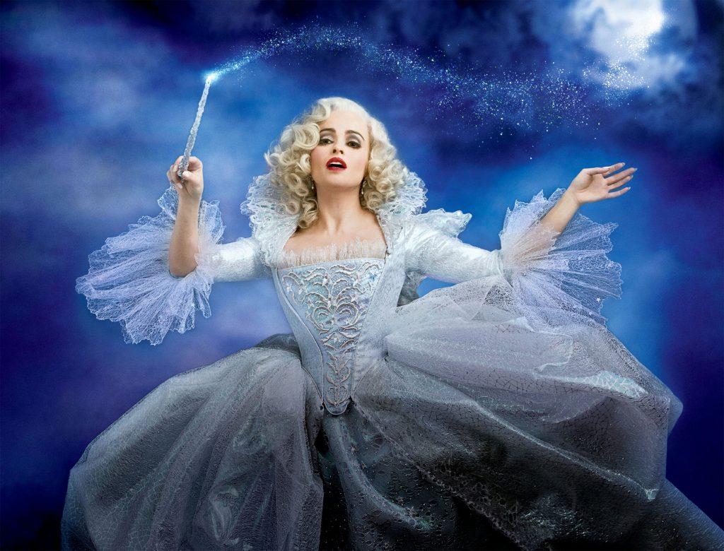 Die gute Fee (Helena Bonham Carter) sorgt mit ihrem Zauber dafür, dass Ella zu dem Ball des Königs gehen kann.