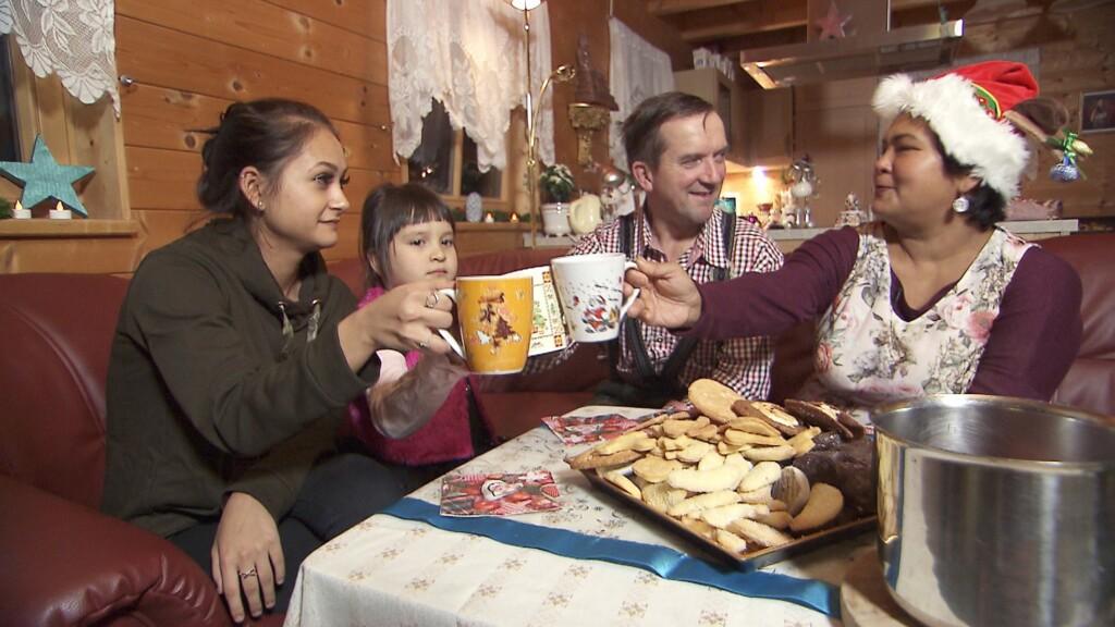 Am ersten Weihnachtsfeiertag zeigen uns Josef und Narumol (r.), welche Rituale ihnen in der Adventszeit besonders wichtig sind.