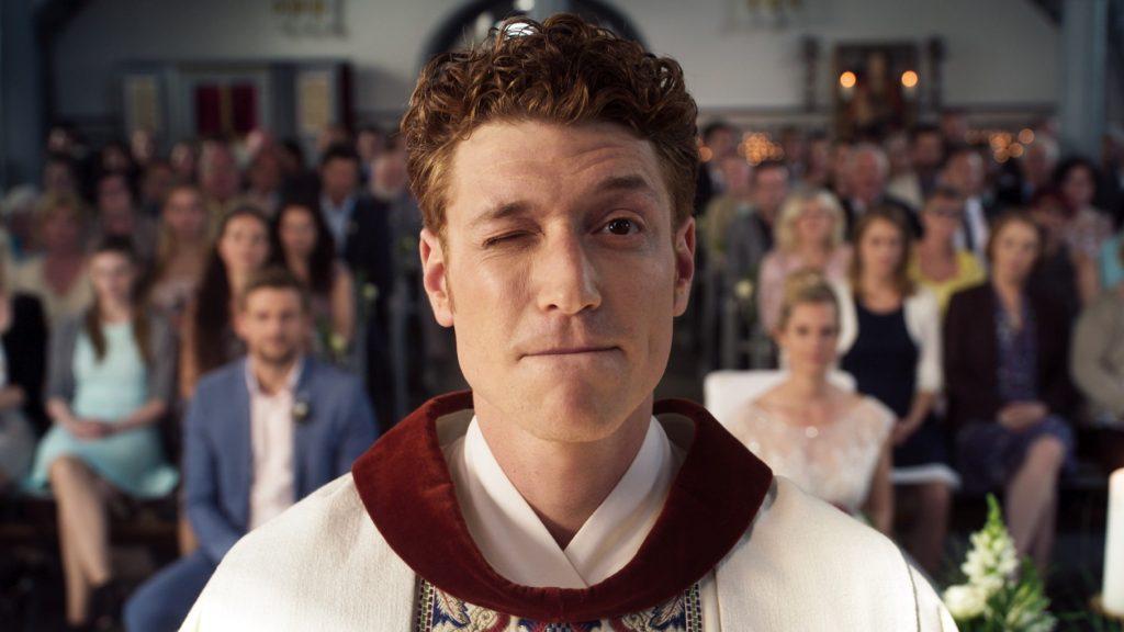 Es ist soweit: Maik (Daniel Donskoy) muss seine erste katholische Trauungzeromonie durchführen.