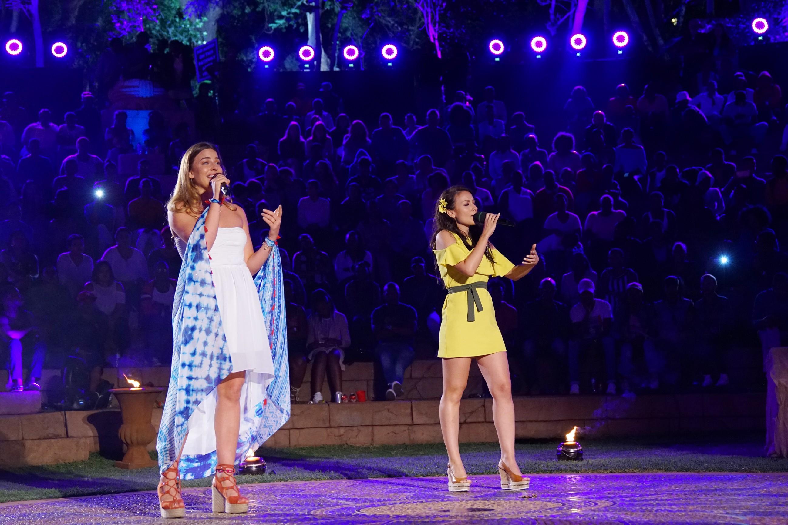 Mousse T., Carolin Niemczyk, Ella Endlich und Dieter Bohlen bewerten die Performance der verbliebenen Kandidaten, die im Finale des Auslands-Recalls im Amphitheater des
