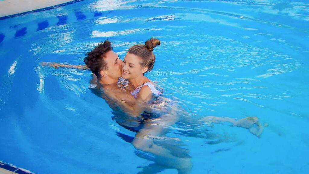 Nadine und Maxim genießen ihr Einzeldate und kommen sich im Pool näher.