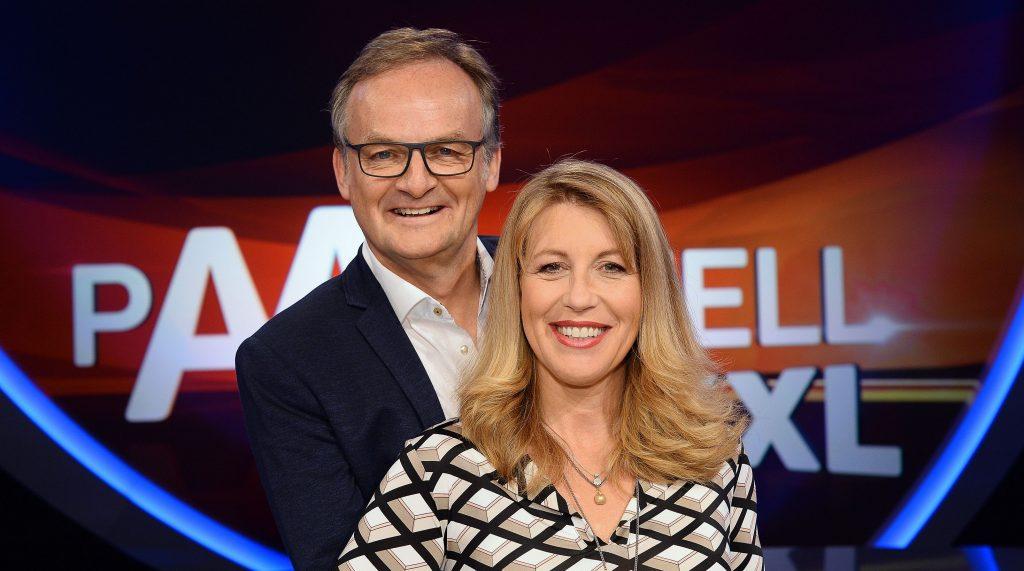"""Frank Plasberg (l.) und seine Frau Anne Gesthuysen (r.) stellen sich in der großen Samstagabend-Show """"Paarduell XXL"""" gleich drei prominenten Paaren!"""