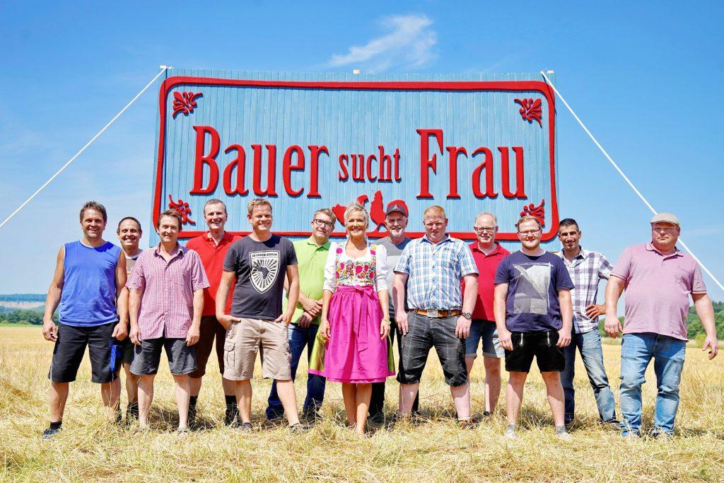 """Inka Bause mit den Bauern der 14. Staffel von """"Bauer sucht Frau"""" bei RTL."""
