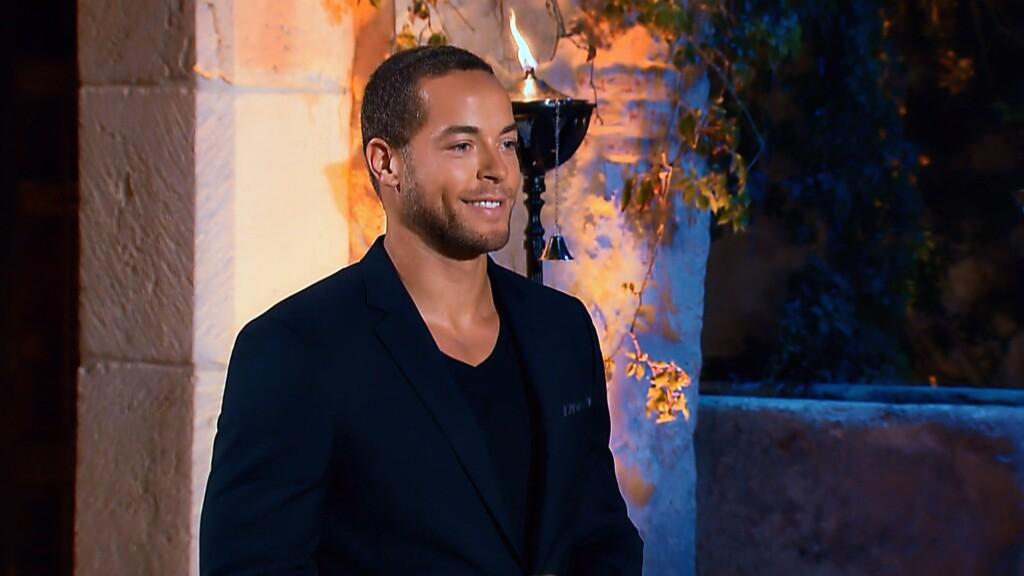 Vor seiner Villa wartet Andrej auf Ladys.