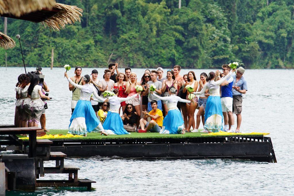 """Die 24 Kandidaten bei ihrer Ankunft im """"The Greenery Panvaree"""" Resort. Umgeben von der Schönheit des Nationalparks Khao Sok befindet sich die Floß Bungalow Anlage mitten auf dem Chiao Lan See."""