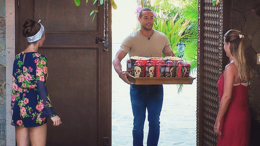 Andrej besucht die Girls in der Villa. Er hat alles für einen entspannten Filmabend mitgebracht.