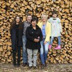 Moderatorin Inka Bause mit Jenny, Josef, Narumol und Jorafina