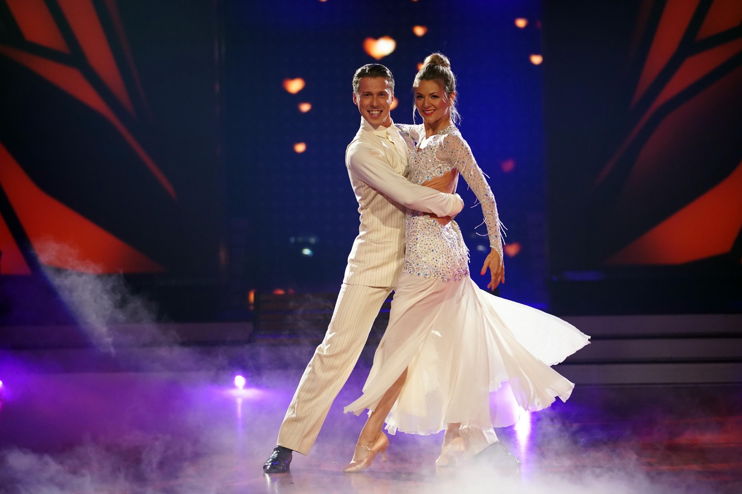 Ella Endlich und Valentin Lusin tanzen Slowfox
