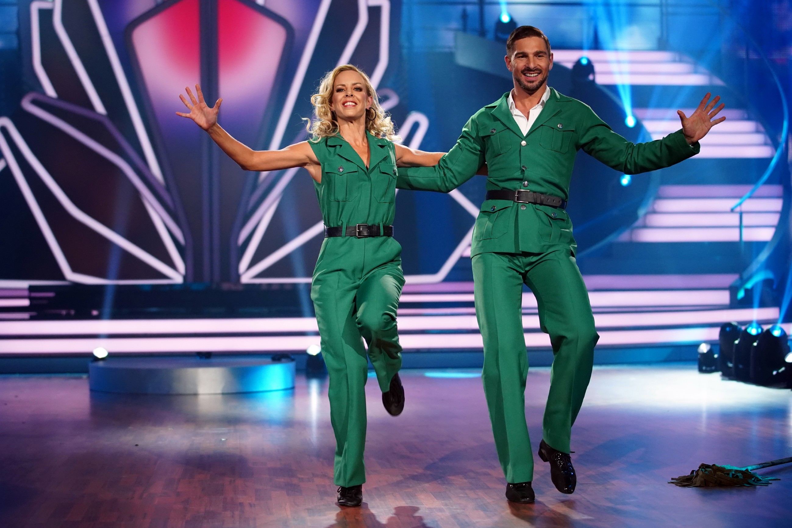 Benjamin Piwko und Isabel Edvardsson tanzen Charleston.