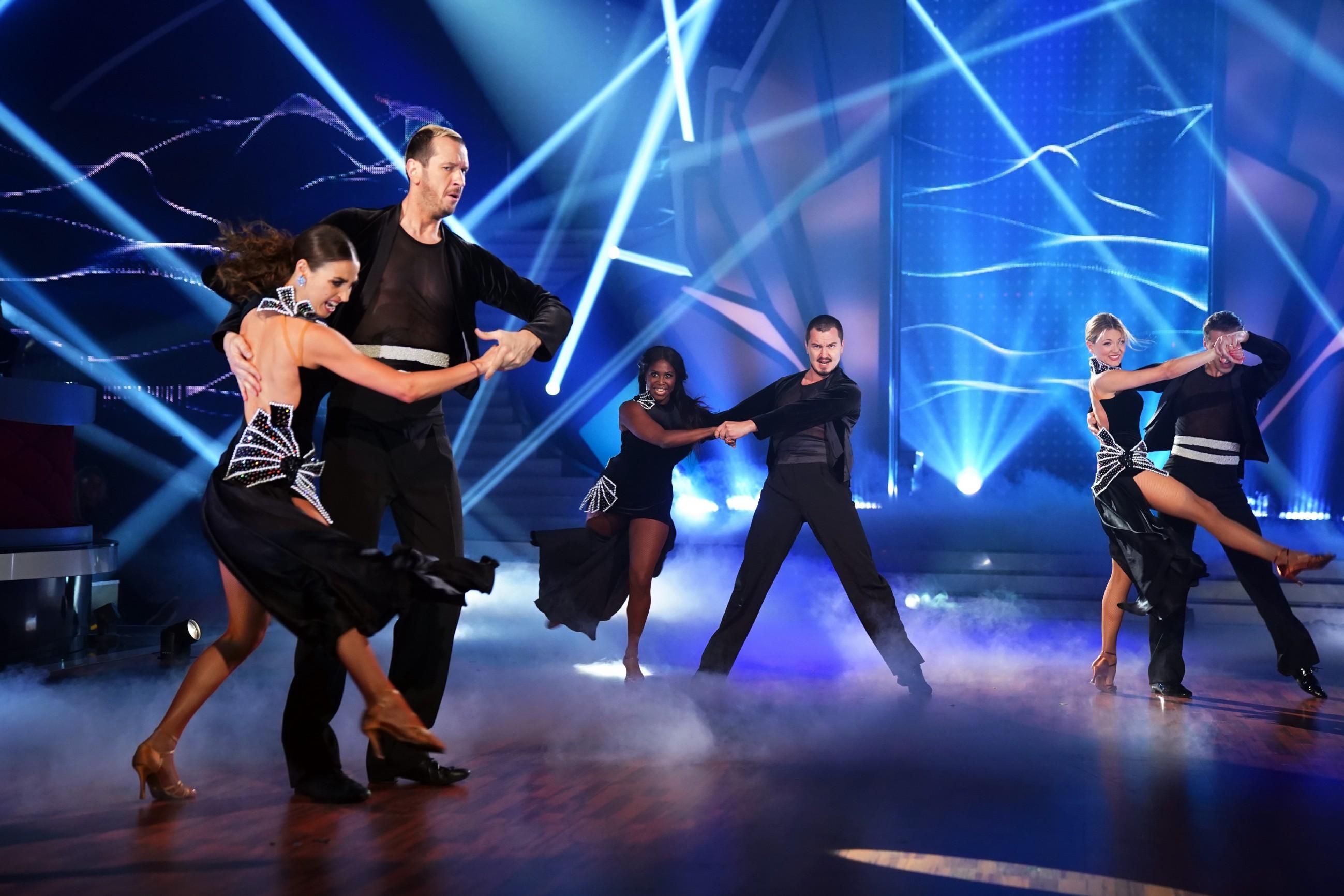 """Das """"Team Motsi Mabuse"""" mit Ella Endlich und Pascal Hens mit ihren Tanzpartnern."""