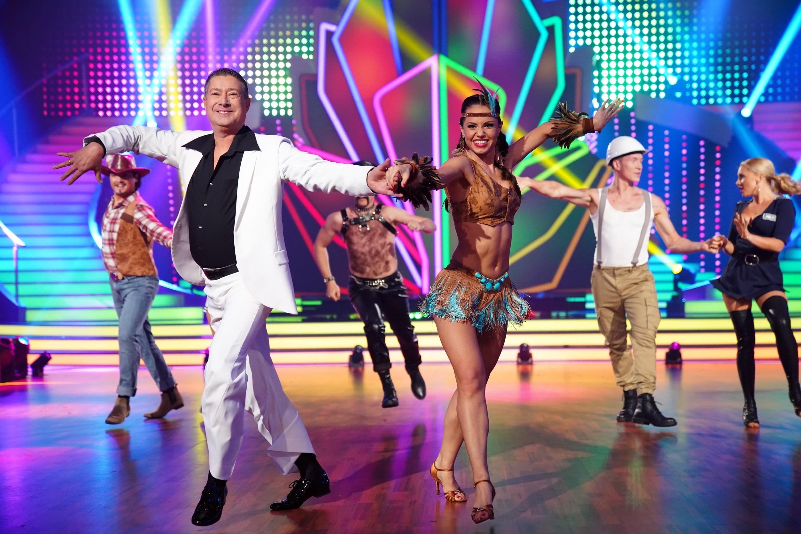 """Das """"Team Joachim Llambi"""" mit Sabrina Mockenhaupt, Evelyn Burdecki und Oliver Pocher mit ihren Tanzpartnern."""