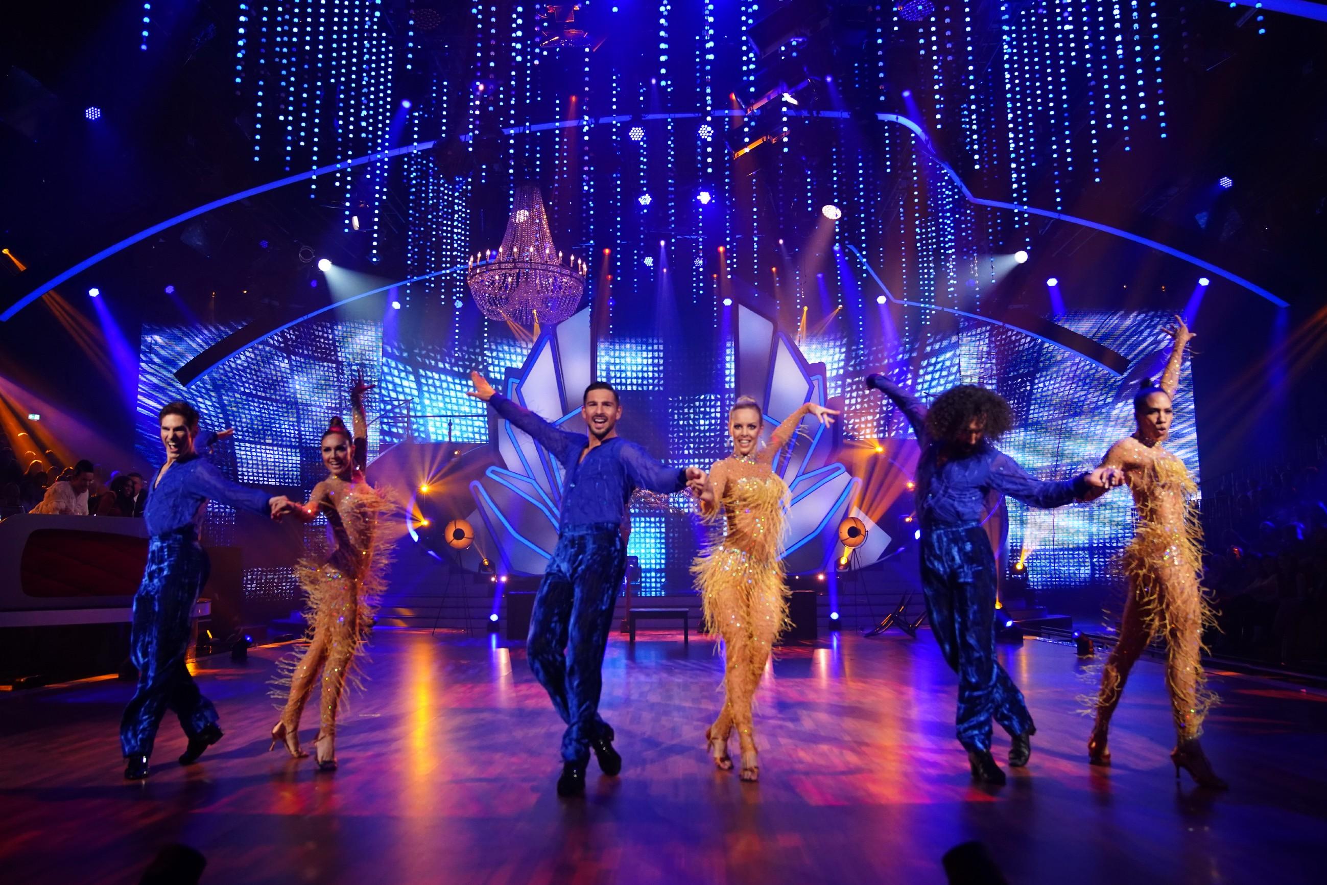 """Das """"Team Jorge González"""" mit Barbara Becker, Nazan Eckes und Benjamin Piwko mit ihren Tanzpartnern."""