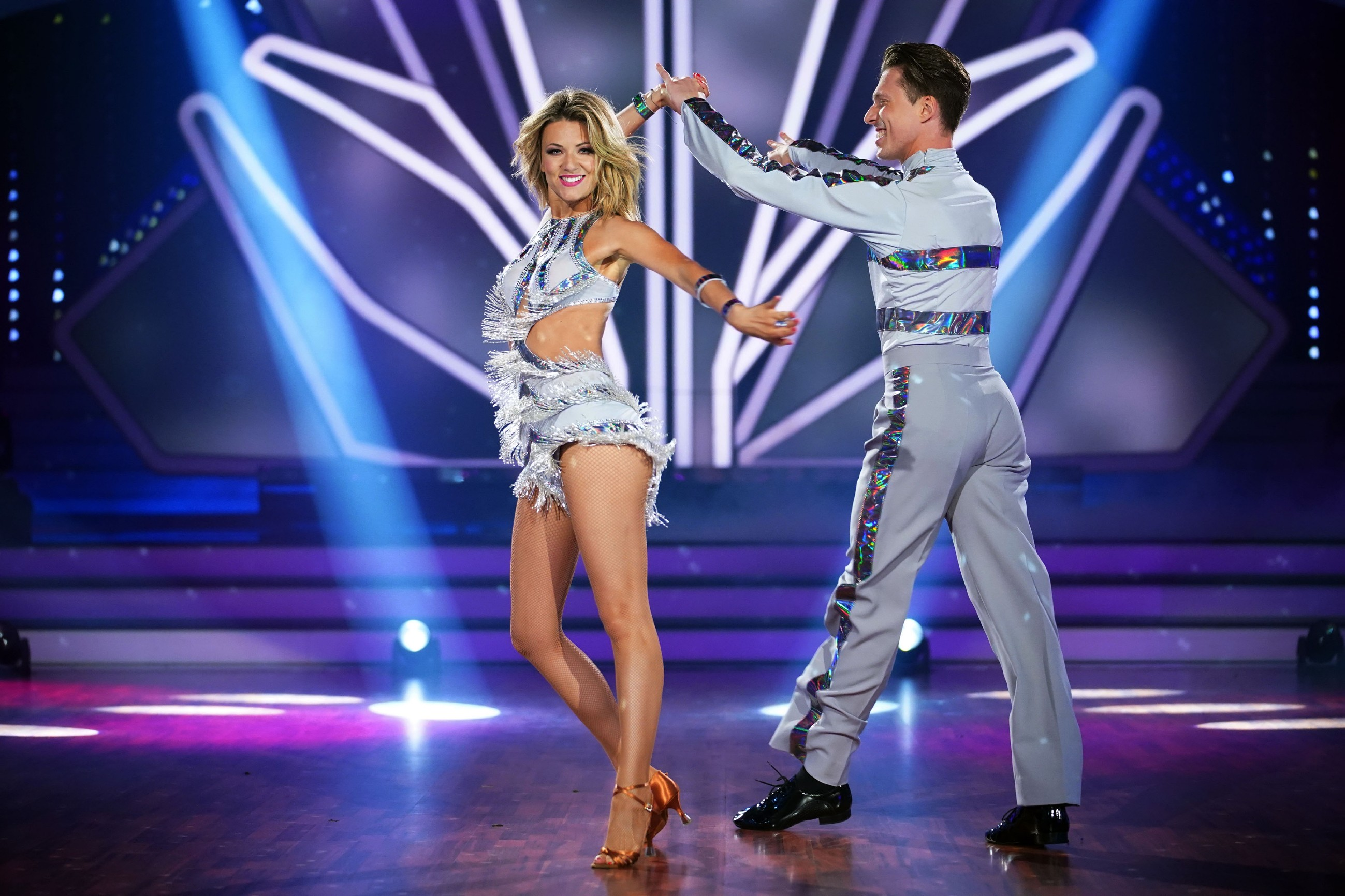 Ella Endlich und Valentin Lusin tanzen Cha Cha Cha
