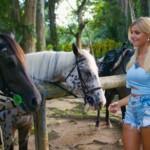 Gerda freut sich über einen Ausritt auf den Seychellen