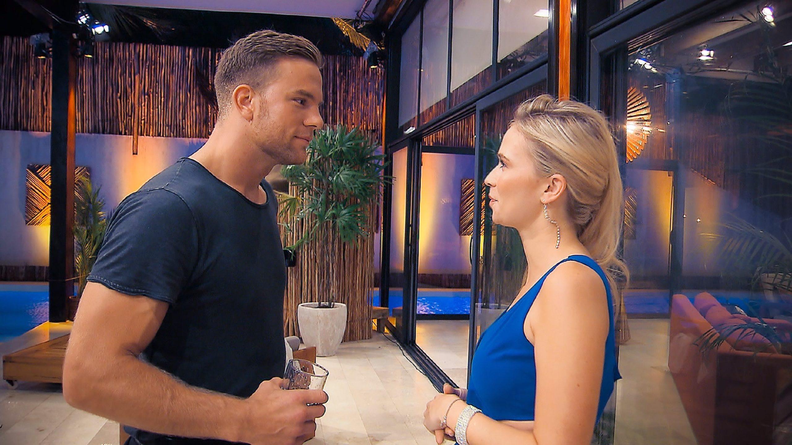 Sebastian vor der Entscheidung, welcher Lady er heute Nacht eine Rose überreichen wird.