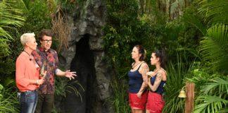 Die beiden Moderatoren Sonja Zietlow und Daniel Hartwich erklären Danni Büchner und Elena Miras die heutige Dschungelprüfung.