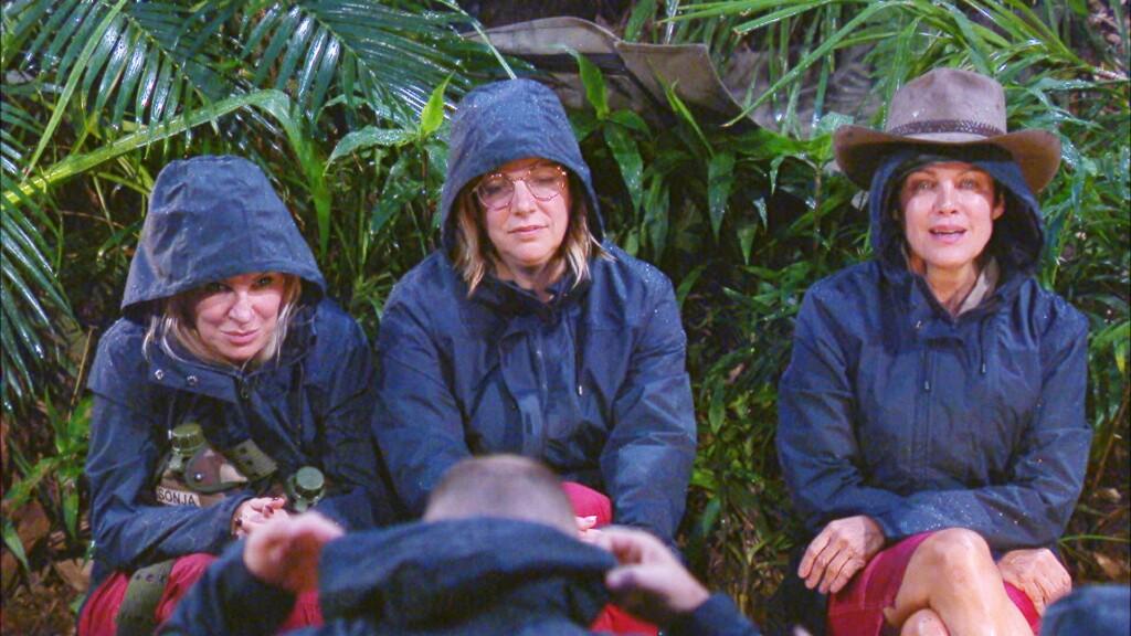 Tag 2 im Camp. Es regnet in Strömen. V.l.: Claudia Norberg, Danni Büchner und Sonja Kirchberger sind nass bis auf die Haut.