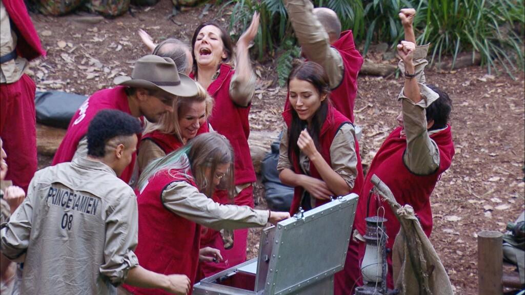 """Tag 4 im Camp. Claudia und Marco waren bei ihrer Schatzsuche """"Vier Fäuste"""" erfolgreich und haben die Schatztruhe ins Camp gebracht. Die Freude der Camper ist riesig als sie die Frage richtig beantworten und die Truhe sich öffnet."""
