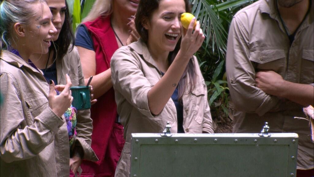 Tag 5 im Camp. Die Camper haben die Frage zum öffnen der Schatztruhe richtig beantwortet. Strahlend fischt Anastasiya Avilova eine Zitrone aus der Kiste. Links Toni Trips