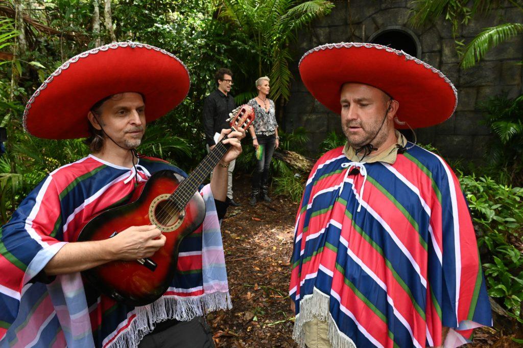"Tag 6 - Dschungelprüfung ""Verlies Navidad"". Zwei Musiker singen ""Verlies Navidad""."